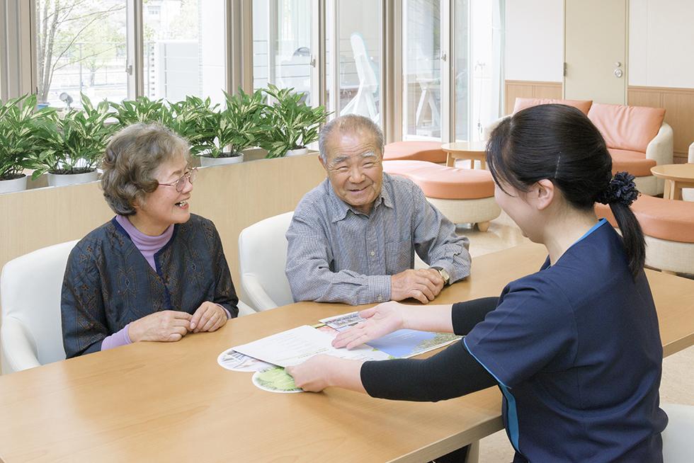画像:面談する職員と家族