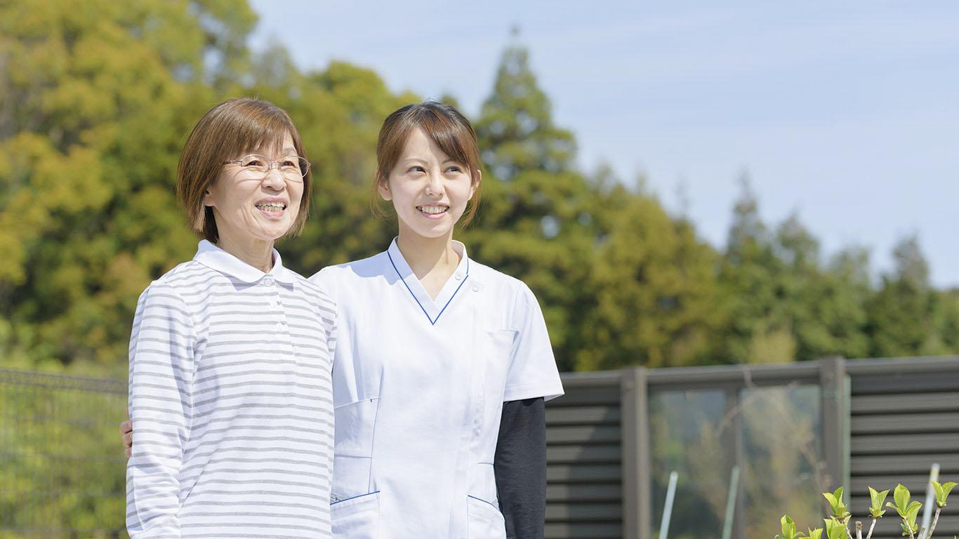 画像:笑顔の女性と看護師