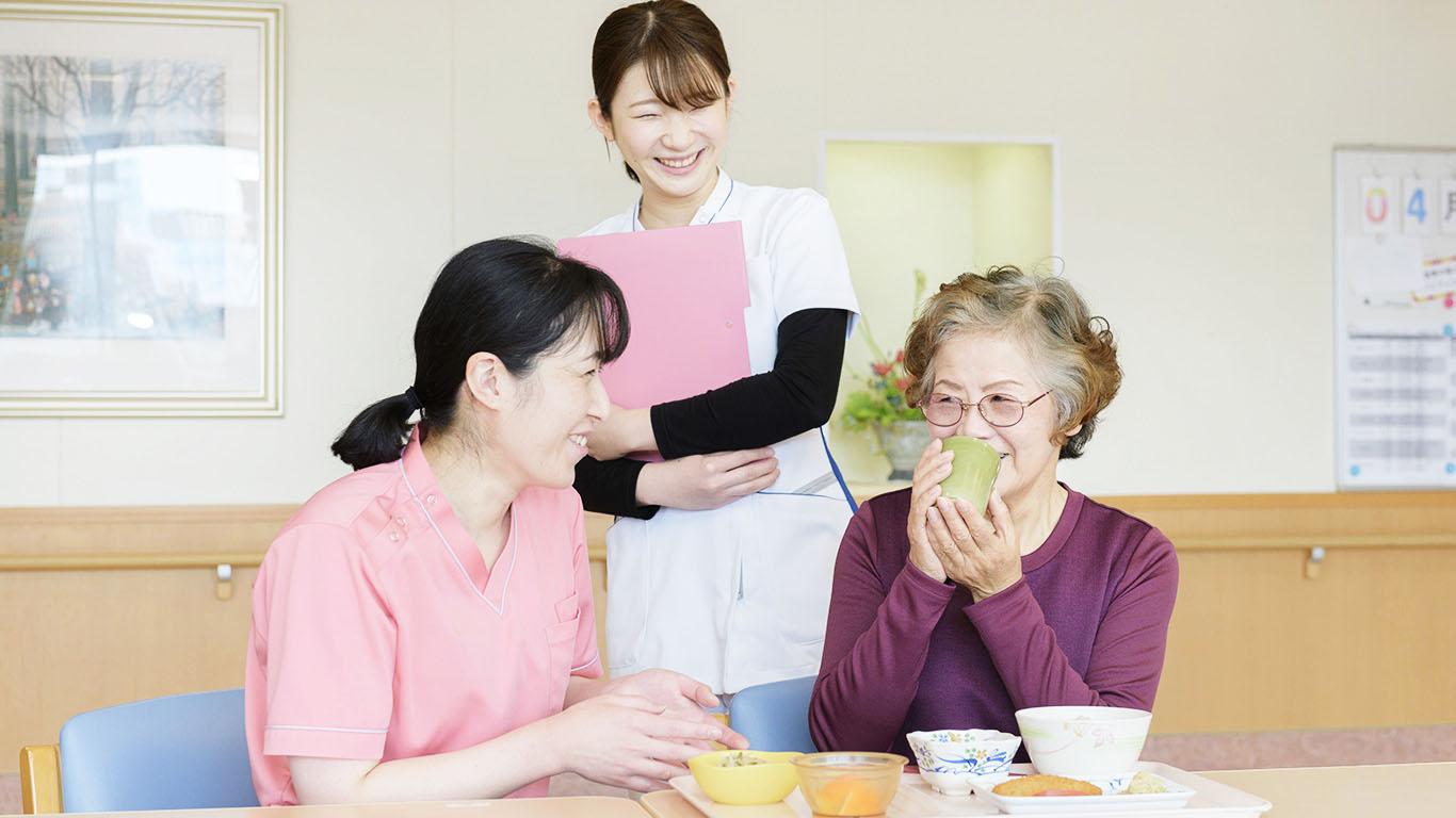 画像:食事を摂る女性と看護師