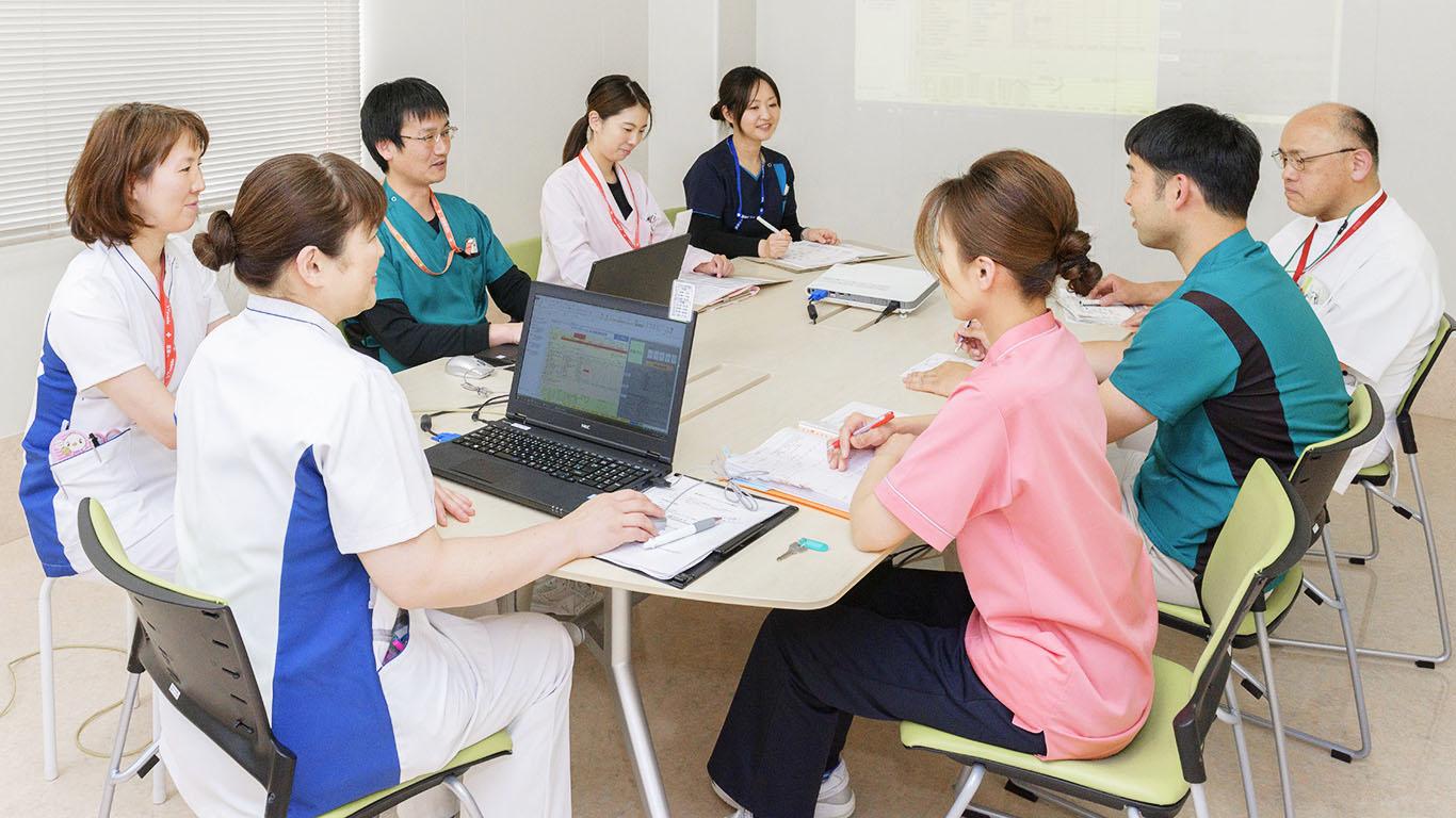 画像:会議をする病院関係者